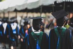 Grupp av kandidater under avslutning Begreppsutbildningslyck?nskan i universitet royaltyfri foto