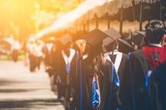 Grupp av kandidater under avslutning Begreppsutbildningslyck?nskan i universitet royaltyfria foton