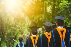 Grupp av kandidater under avslutning Begreppsutbildningslyck?nskan i universitet royaltyfria bilder
