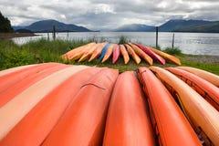 Grupp av kanoter på en strand arkivfoton