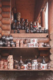Grupp av keramisk gammal handgjord traditionell krukmakeri på marknaden royaltyfri fotografi
