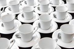 Grupp av keramiskt vitt koppportionte eller kaffe arkivfoton