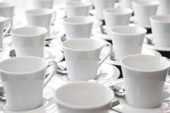 Grupp av keramiskt vitt koppportionte eller kaffe royaltyfria foton