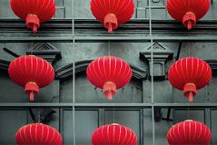Grupp av kinesiska lyktor på bakgrunden av järnställningen Fotografering för Bildbyråer