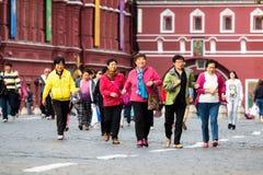 Grupp av kinesiska turister på den röda fyrkanten Royaltyfria Bilder