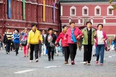 Grupp av kinesiska turister på den röda fyrkanten Fotografering för Bildbyråer