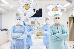 Grupp av kirurger i fungeringsrum på sjukhuset Royaltyfria Foton