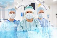 Grupp av kirurger i fungeringsrum på sjukhuset Arkivbild