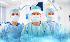 Grupp av kirurger i fungeringsrum på sjukhuset Royaltyfria Bilder