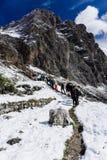 Grupp av klättrare som att närma sig a via Ferrata i dolomitesna arkivbilder