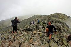 Grupp av klättraren i Tatra berg Arkivfoto