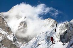 Grupp av klättrare på bergmontagen som monterar Lhotse Arkivfoto