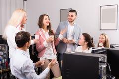 Grupp av kollegor som dricker champagne Arkivfoton