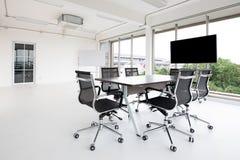 Grupp av konferenstabell och stolar i vit och breda kontorswi royaltyfri foto