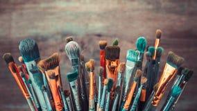 Grupp av konstnärliga målarpenslar Tonat Retro arkivfoto
