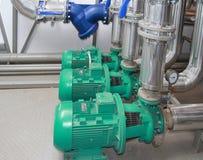 Grupp av kraftiga pumpar och filtret Arkivbilder