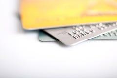 Grupp av kreditkortar på vit backround arkivfoton