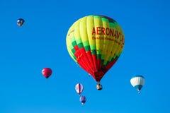 Grupp av kulöra ballonger i himlen Royaltyfri Bild