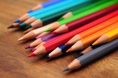 Grupp av kulöra blyertspennor Arkivbilder
