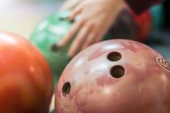 Grupp av kulöra bowlingklot i klubban arkivfoton