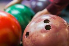 Grupp av kulöra bowlingklot i klubban royaltyfria foton