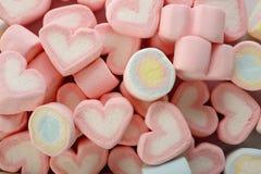Grupp av kulöra marshmallower på vit Arkivbild