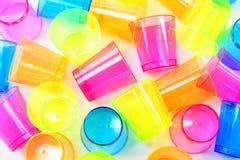 Grupp av kulöra plast- exponeringsglas Arkivfoton