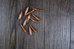 Grupp av kulor på träbakgrund Arkivbild