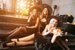 Grupp av kusliga vänner på partiet Royaltyfria Foton