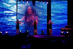 Grupp av kvinnafiolspelare som gör musik på modeshowen modeshow i Slovakien, Ruzomberok, datum 10th September Royaltyfria Bilder