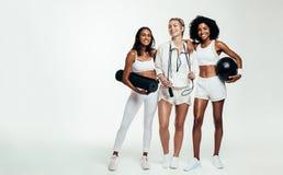 Grupp av kvinnlig med sportutrustning arkivbilder