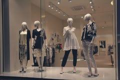 Grupp av kvinnliga skyltdockor i ett shoppafönster fotografering för bildbyråer