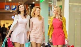 Grupp av kvinnliga vänner i shoppinggallerian Arkivbild