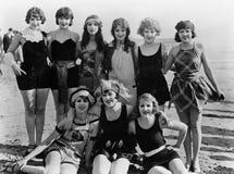 Grupp av kvinnliga vänner på stranden (alla visade personer inte är längre uppehälle, och inget gods finns Leverantörgarantier so Arkivfoton