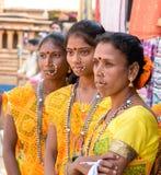 Grupp av kvinnor i den nationella klänningen som är klar att dansa Arkivfoton