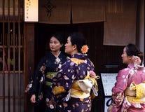 Grupp av kvinnor i kimono i fron av en restaurang i det Higashichaya området av Kanazawa Royaltyfri Foto