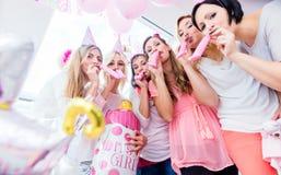 Grupp av kvinnor på baby showerpartiet som har gyckel Arkivfoto