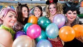 Grupp av kvinnor på det Rose Monday danandepartiet med ballonger royaltyfri foto