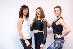 Grupp av kvinnor som övar i en idrottshall royaltyfri fotografi