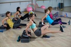 Grupp av kvinnor som övar på aerobiskt gradvist royaltyfri bild