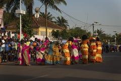 Grupp av kvinnor som bär traditionella kläder som utför under karnevalberömmarna i staden av Bisssau royaltyfria bilder