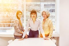 Grupp av kvinnor som ett lag i affärskontoret royaltyfri fotografi