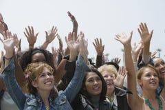 Grupp av kvinnor som lyfter händer Arkivfoton