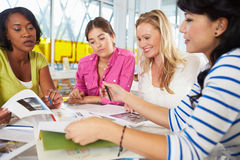 Grupp av kvinnor som möter i idérikt kontor Arkivfoton