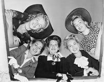 Grupp av kvinnor som ser ner från ett skepp (alla visade personer inte är längre uppehälle, och inget gods finns Leverantörgarant Royaltyfri Bild