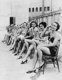 Grupp av kvinnor som tillsammans sitter på stolar (alla visade personer inte är längre uppehälle, och inget gods finns Leverantör arkivbild