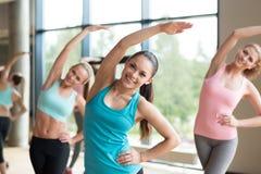 Grupp av kvinnor som utarbetar i idrottshall Royaltyfria Foton