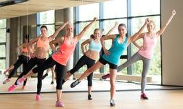 Grupp av kvinnor som utarbetar i idrottshall Royaltyfri Bild