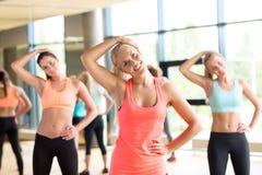 Grupp av kvinnor som utarbetar i idrottshall Royaltyfria Bilder