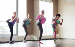 Grupp av kvinnor som utarbetar i idrottshall arkivfoto